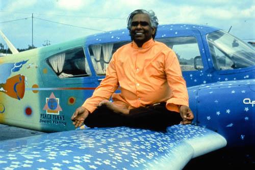 На фото: Свами Вишнудевананда на крыле своего самолета Piper Apachi, начало 70-х.
